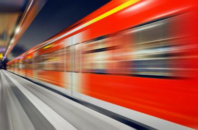 Ein Zug fährt durch den Bahnhof